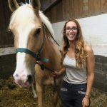 Sarah avec son cheval au Val Loyer