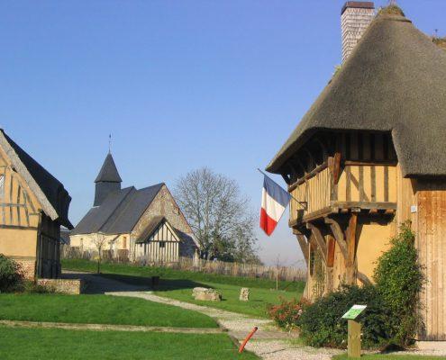 La mairie de Saint Sulpice de Grimbouville est une ancienne porterie du XVème siècle - Photo E. du Rivau